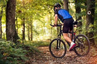 La práctica de la bicicleta tiene muchas ventajas para nuestra salud física y mental, así como para el medio ambiente