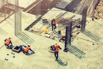 Trabajadores de Construcción en Obra, con plataforma cemento