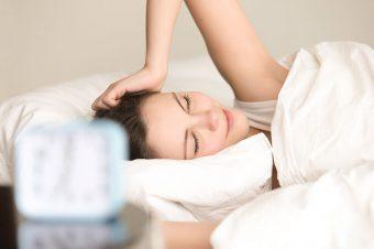 Mujer en la cama descansando