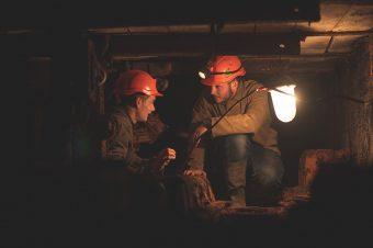 Dos trabajadores en un espacio confiando que puede ser un tunel