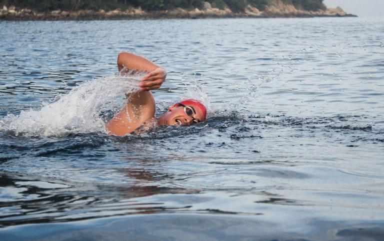 Cuida tu cuerpo si practicas natación